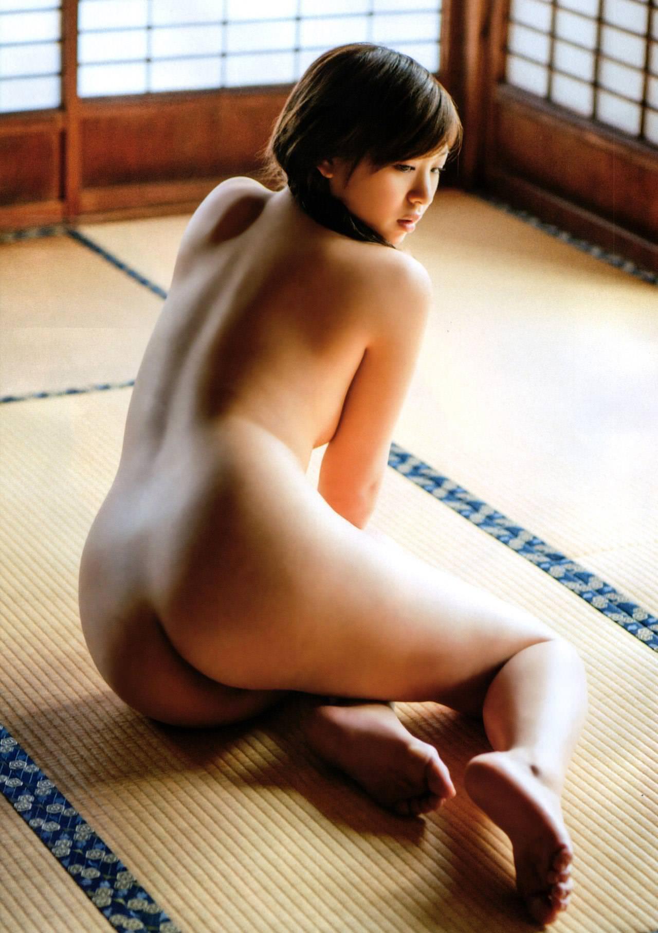 芸能人ヌード 生尻エロ画像32枚!お尻ヌードってことは撮影現場ではオマンコ見えてるってことだよな?www・19枚目の画像