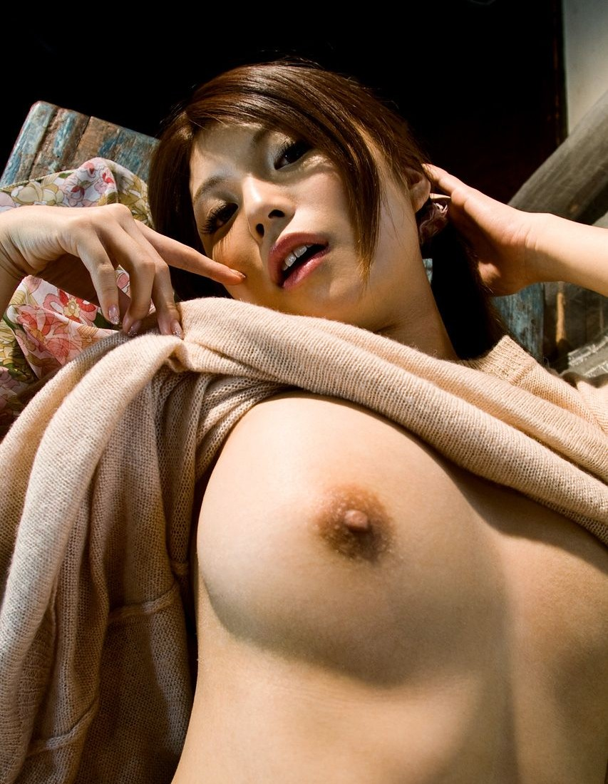 服着てる女がおっぱいポロリしてるエロ画像33枚・3枚目の画像