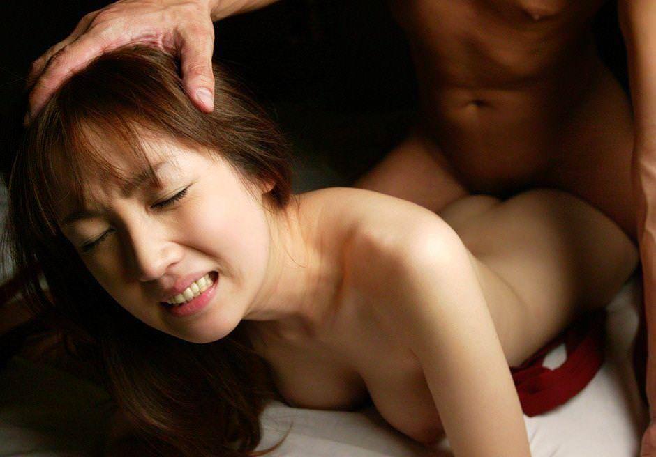寝バックセックスでガチイキしてる女のエロ画像14選・9枚目の画像