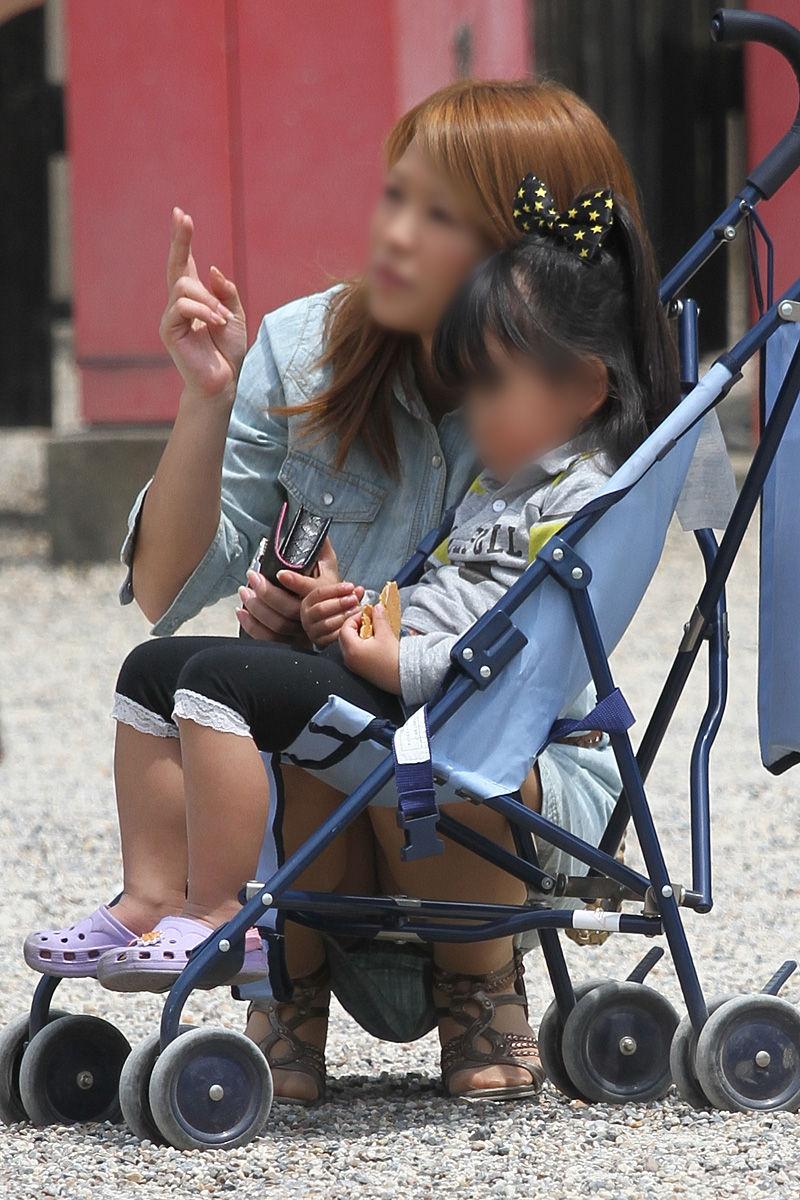 子連れ妻のパンチラ盗撮エロ画像30枚・21枚目の画像