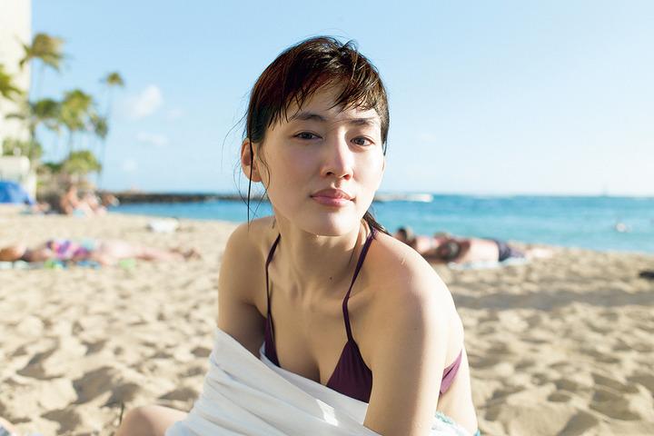 綾瀬はるかの最新写真集の先行水着カット1