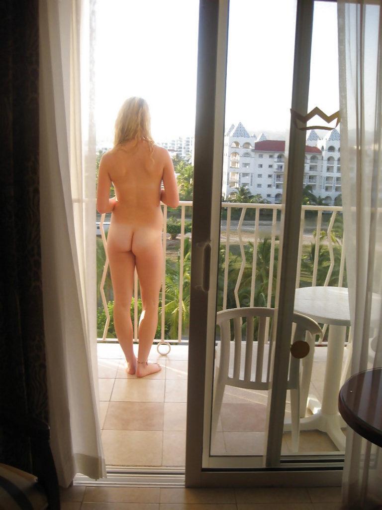 ベランダで露出練習する外国人女性のエロ画像29枚・5枚目の画像
