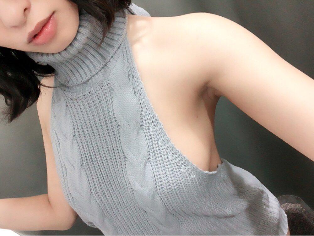 「DTを殺すセーター」を着用してハミ乳するグラドルの自画撮りエロ画像28枚・6枚目の画像
