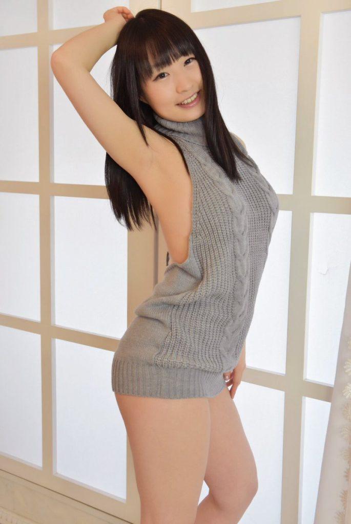「DTを殺すセーター」を着用してハミ乳するグラドルの自画撮りエロ画像28枚・12枚目の画像