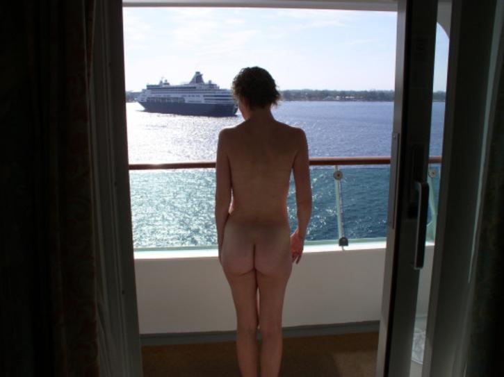 ベランダで露出練習する外国人女性のエロ画像29枚・34枚目の画像