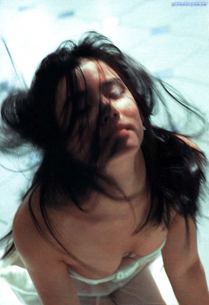 石田ゆり子 ヌード濡れ場&水着グラビア!全盛期の抜けるエロ画像46選・45枚目の画像