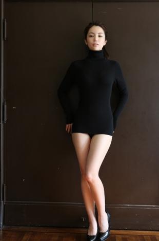 仲村美海の初グラビア!着衣巨乳に美脚がたまらないエロ画像1