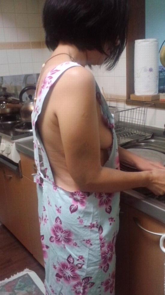 熟女限定~!裸エプロン姿のエロ画像35枚・19枚目の画像
