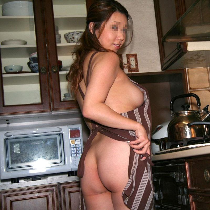 熟女限定~!裸エプロン姿のエロ画像35枚・21枚目の画像