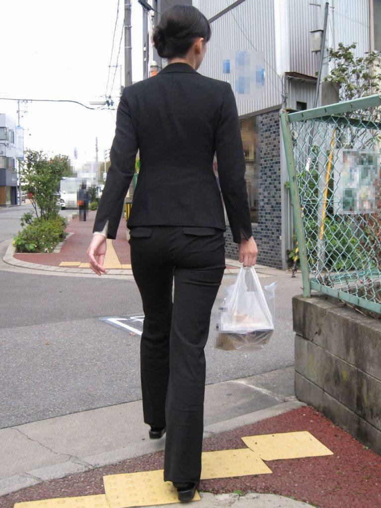 キャリアウーマンOLのスーツ姿がぐうシコな街撮り盗撮エロ画像30枚・4枚目の画像