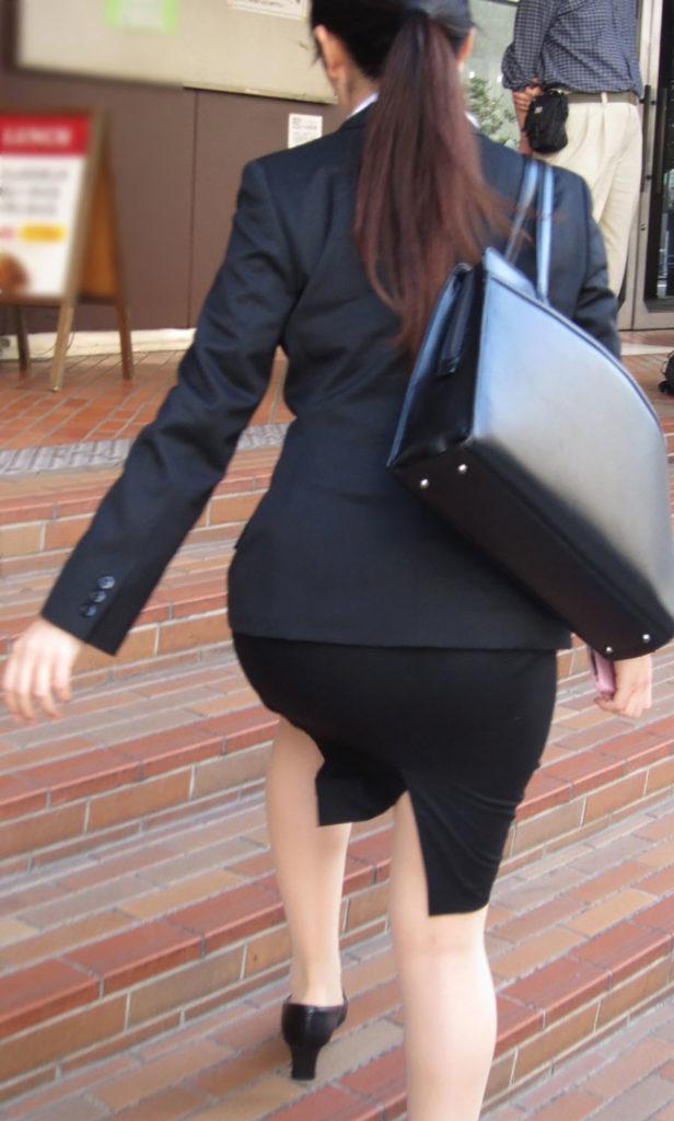 キャリアウーマンOLのスーツ姿がぐうシコな街撮り盗撮エロ画像30枚・14枚目の画像