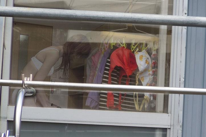 カーテンから見える裸体…!素人娘の覗き風盗撮エロ画像31枚・15枚目の画像