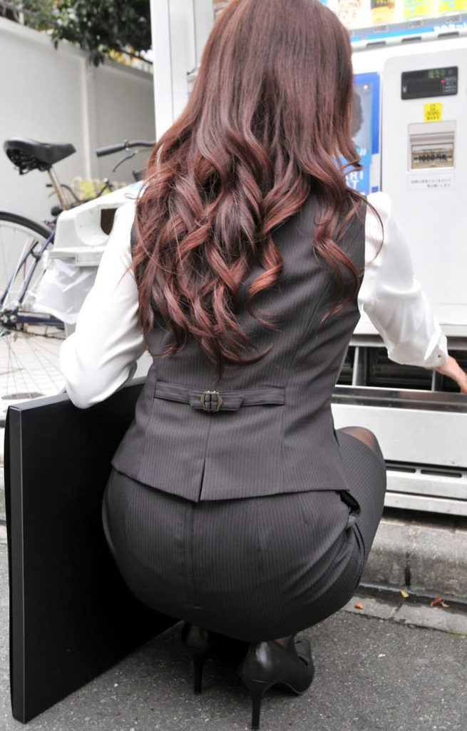 キャリアウーマンOLのスーツ姿がぐうシコな街撮り盗撮エロ画像30枚・16枚目の画像
