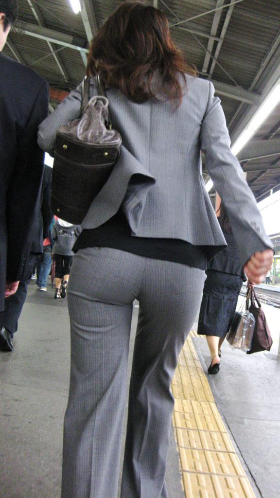 キャリアウーマンOLのスーツ姿がぐうシコな街撮り盗撮エロ画像30枚・17枚目の画像