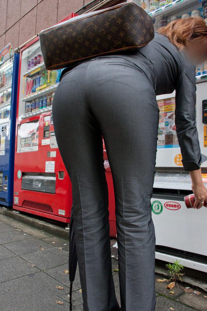キャリアウーマンOLのスーツ姿がぐうシコな街撮り盗撮エロ画像30枚・18枚目の画像