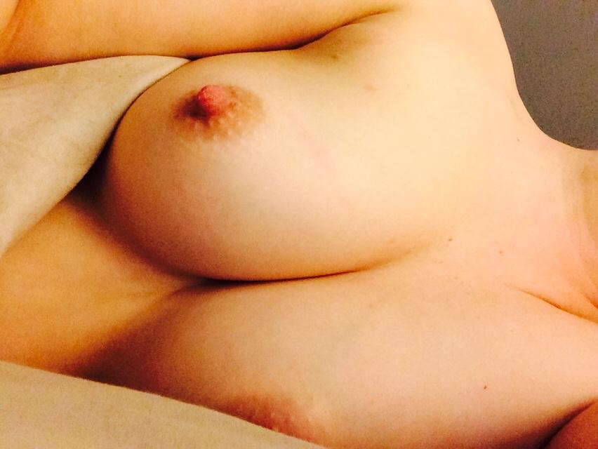 白人美女で巨乳という最強スペックの素人娘の自画撮りエロ画像30枚・23枚目の画像