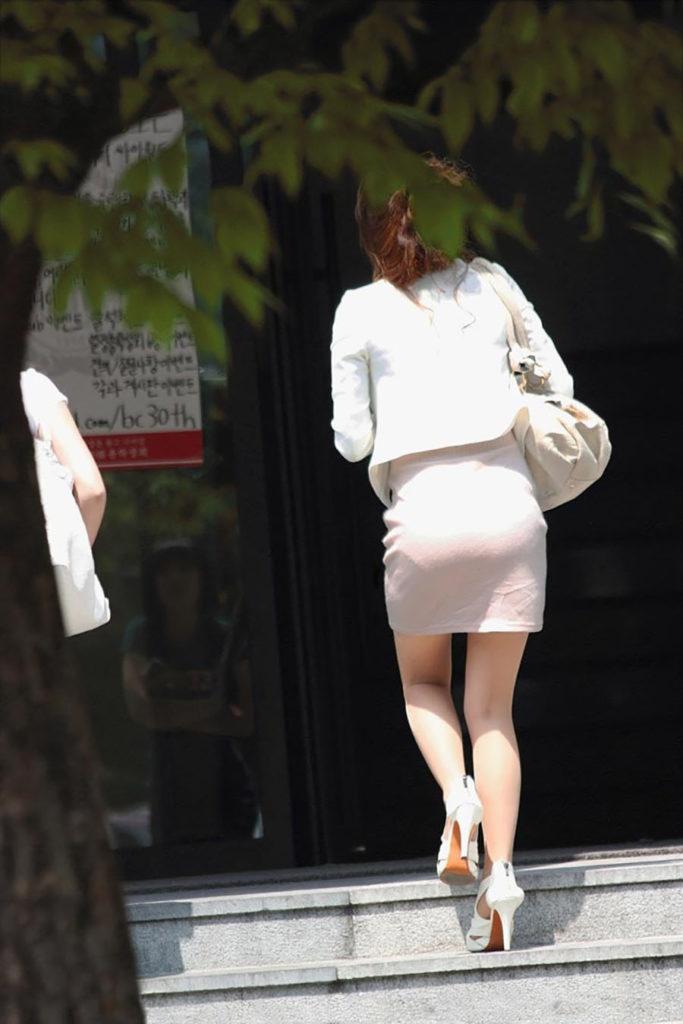 キャリアウーマンOLのスーツ姿がぐうシコな街撮り盗撮エロ画像30枚・24枚目の画像