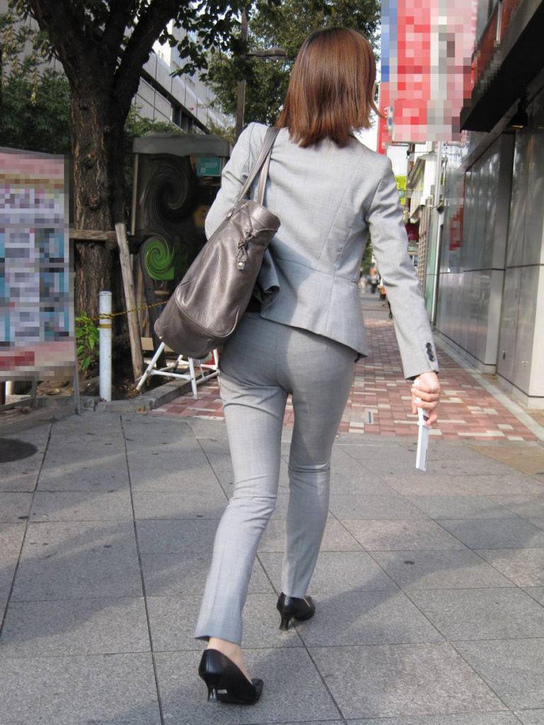 キャリアウーマンOLのスーツ姿がぐうシコな街撮り盗撮エロ画像30枚・33枚目の画像