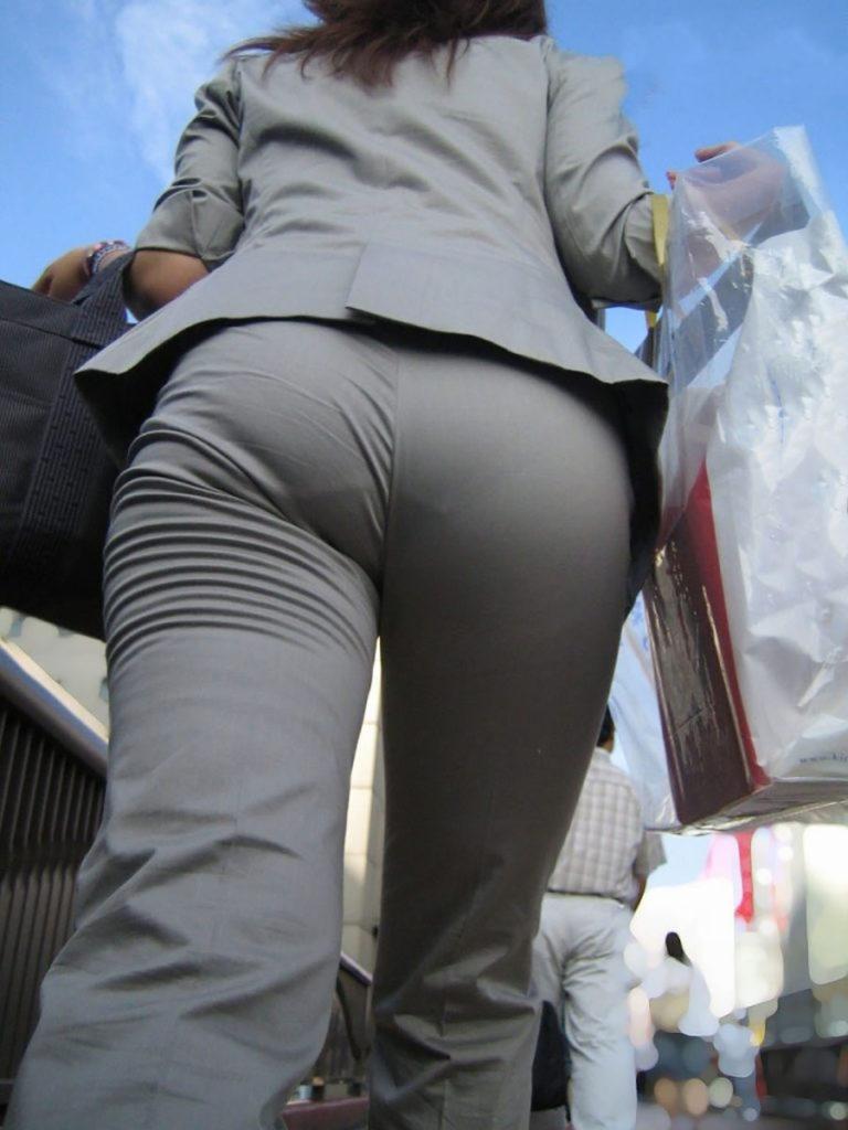 キャリアウーマンOLのスーツ姿がぐうシコな街撮り盗撮エロ画像30枚・34枚目の画像