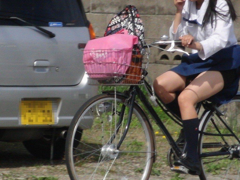 自転車通学中のJK娘の盗撮エロ画像30枚・1枚目の画像