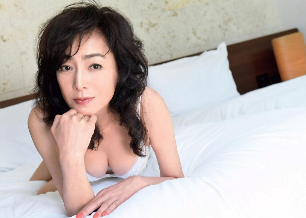 熟女好き歓喜!柏原芳恵(51)完熟ボディが抜ける最新グラビアエロ画像21枚・5枚目の画像