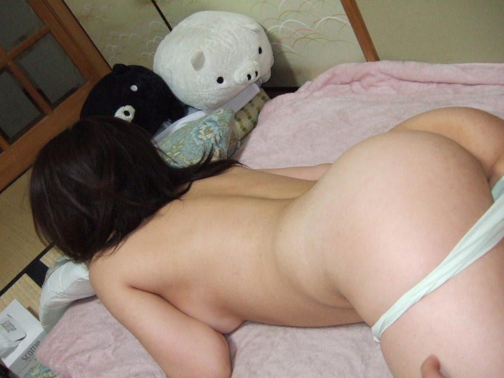 マンコ見え不可避!お尻丸出しで寝てる素人リベンジポルノエロ画像32枚・13枚目の画像