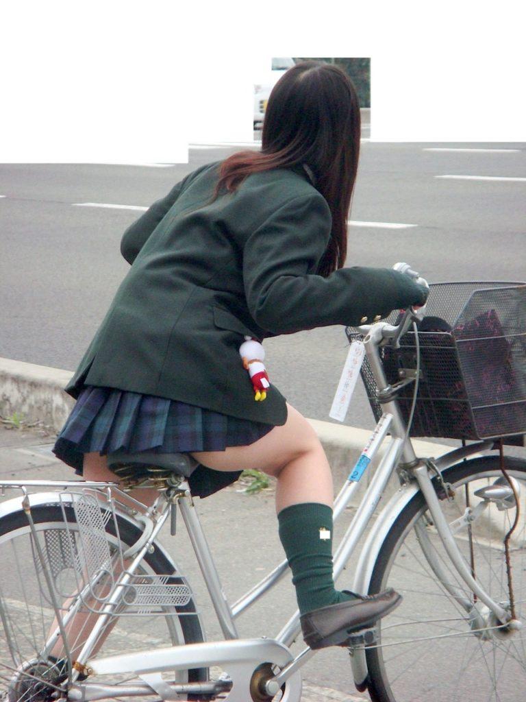 自転車通学中のJK娘の盗撮エロ画像30枚・13枚目の画像