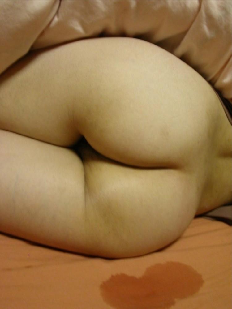 マンコ見え不可避!お尻丸出しで寝てる素人リベンジポルノエロ画像32枚・16枚目の画像