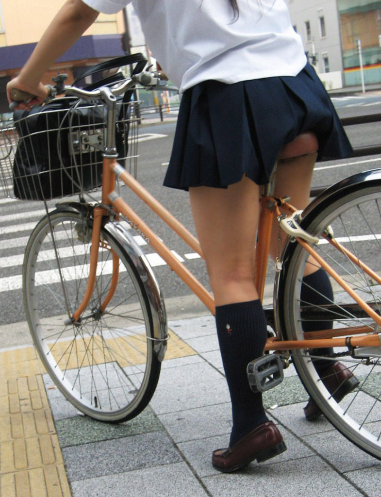 自転車通学中のJK娘の盗撮エロ画像30枚・16枚目の画像