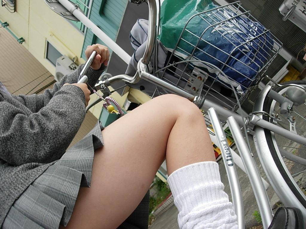 自転車通学中のJK娘の盗撮エロ画像30枚・17枚目の画像