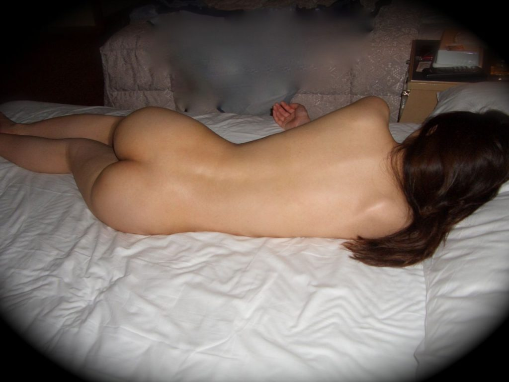 マンコ見え不可避!お尻丸出しで寝てる素人リベンジポルノエロ画像32枚・18枚目の画像