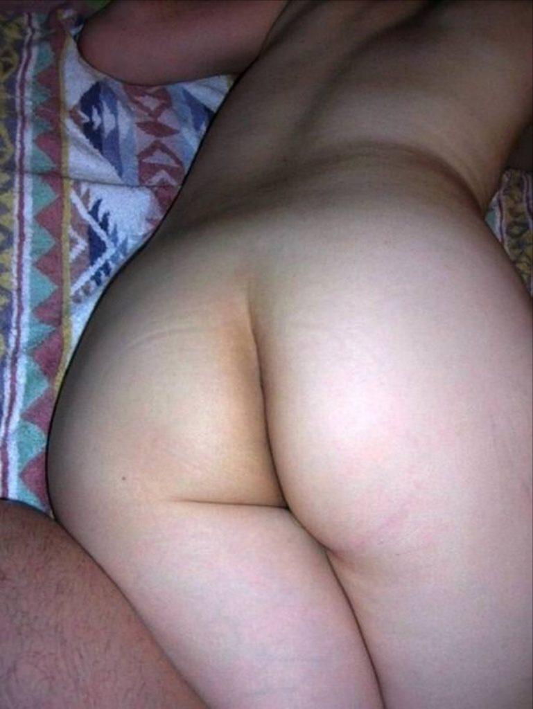 マンコ見え不可避!お尻丸出しで寝てる素人リベンジポルノエロ画像32枚・25枚目の画像