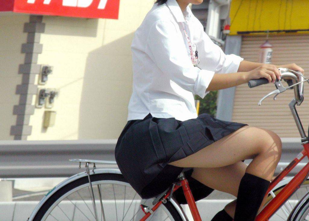 自転車通学中のJK娘の盗撮エロ画像30枚・31枚目の画像