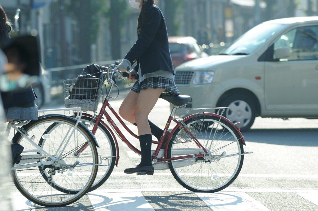 自転車通学中のJK娘の盗撮エロ画像30枚・32枚目の画像