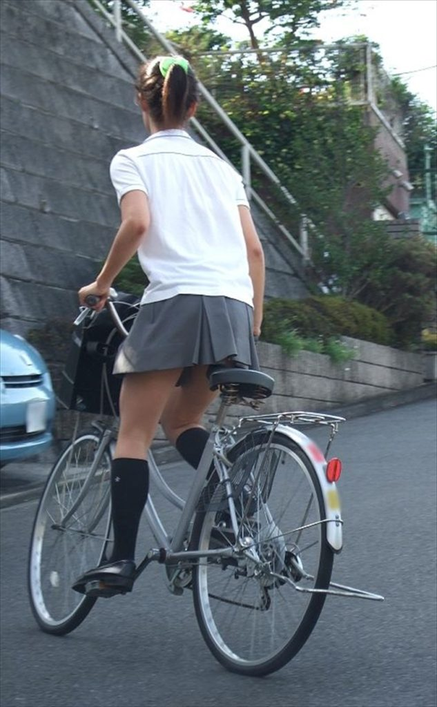 自転車通学中のJK娘の盗撮エロ画像30枚・34枚目の画像