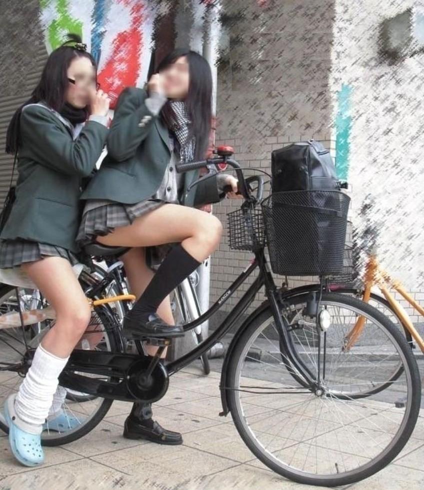 自転車通学中のJK娘の盗撮エロ画像30枚・35枚目の画像