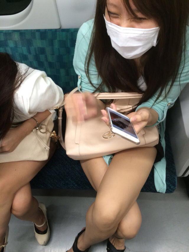 スリル満点!パンチラ見えそうな電車内盗撮のエロ画像39枚・29枚目の画像