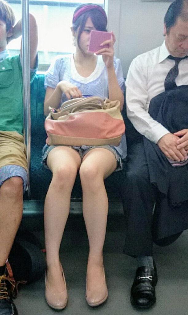 スリル満点!パンチラ見えそうな電車内盗撮のエロ画像39枚・33枚目の画像