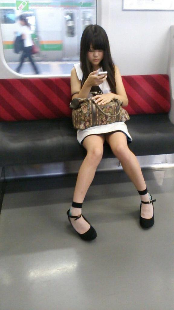スリル満点!パンチラ見えそうな電車内盗撮のエロ画像39枚・44枚目の画像