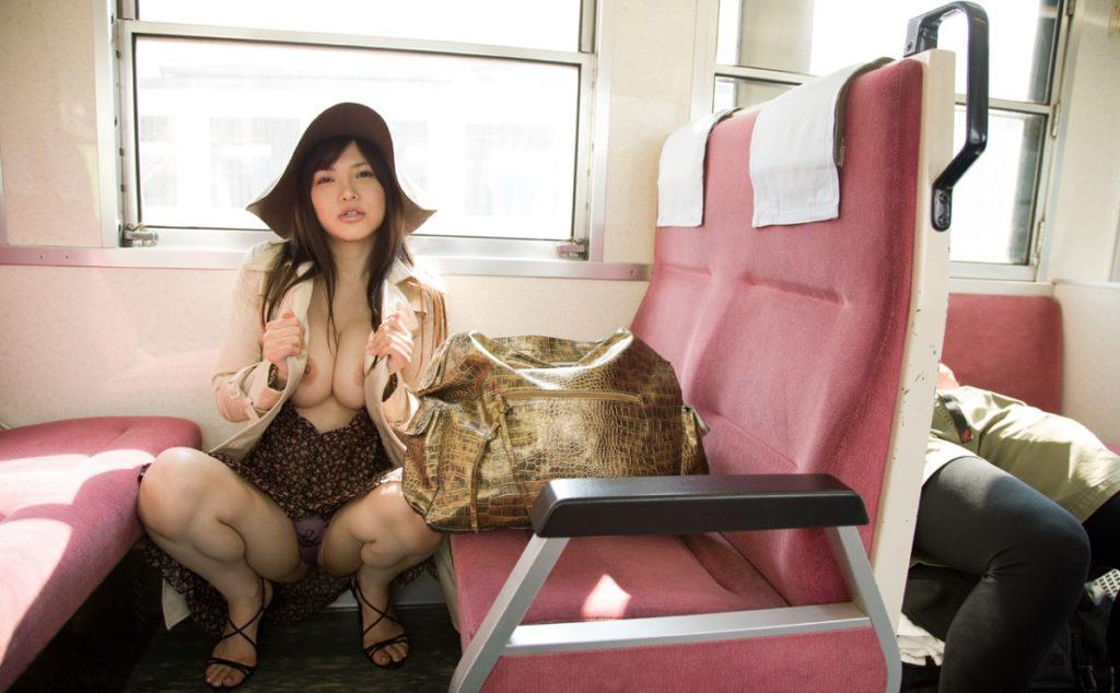 過激な電車内露出する女のエロ画像30枚・1枚目の画像