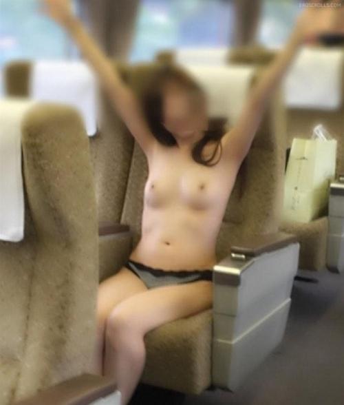過激な電車内露出する女のエロ画像30枚・6枚目の画像