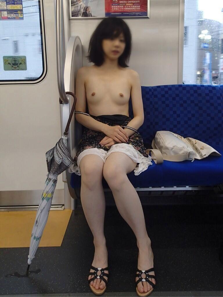 過激な電車内露出する女のエロ画像30枚・13枚目の画像