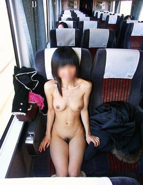 過激な電車内露出する女のエロ画像30枚・18枚目の画像