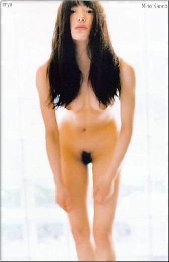 菅野美穂の前屈み気味のヘアヌード画像