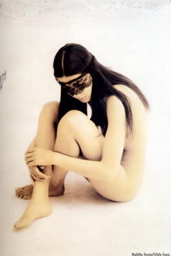 江角マキコの三角座りヌード画像