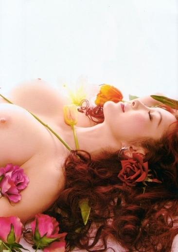 叶美香の寝そべり横乳おっぱいヌード画像