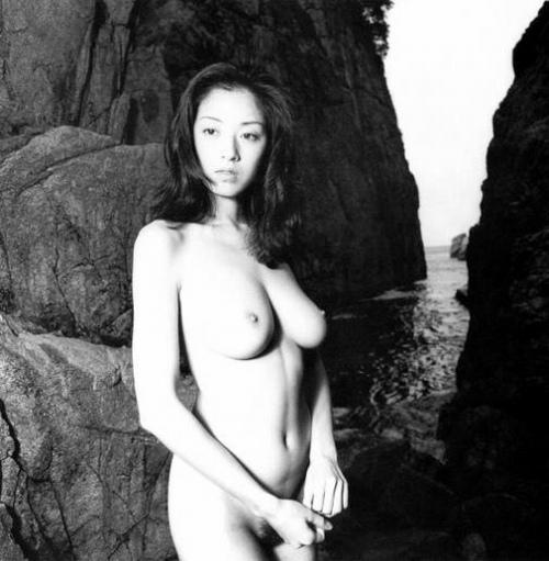高岡早紀の白黒ヘアヌード画像1