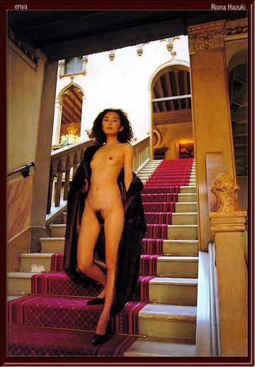 葉月里緒奈の階段でのヘアヌード画像