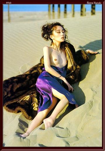 葉月里緒奈の砂浜ヌード画像