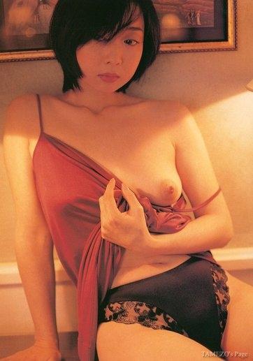 川上麻衣子の片乳おっぱいはみ出しヌード画像